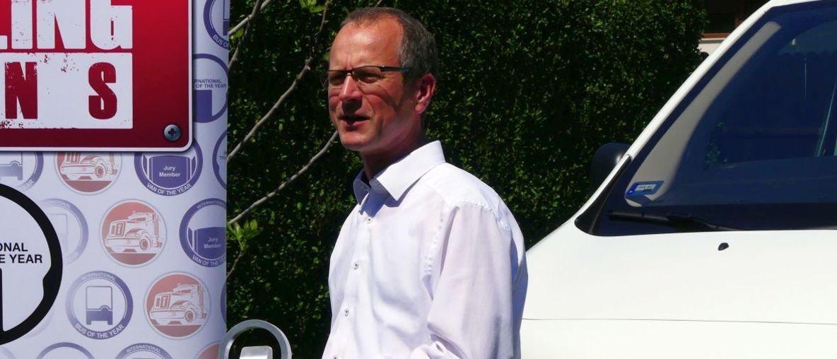 Az Opel márkaigazgatója átvette a Vivaro-e-nek ítélt Év Haszonjárműve trófeát
