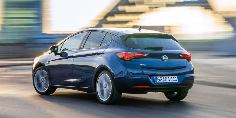 kék Opel Astra hátulról