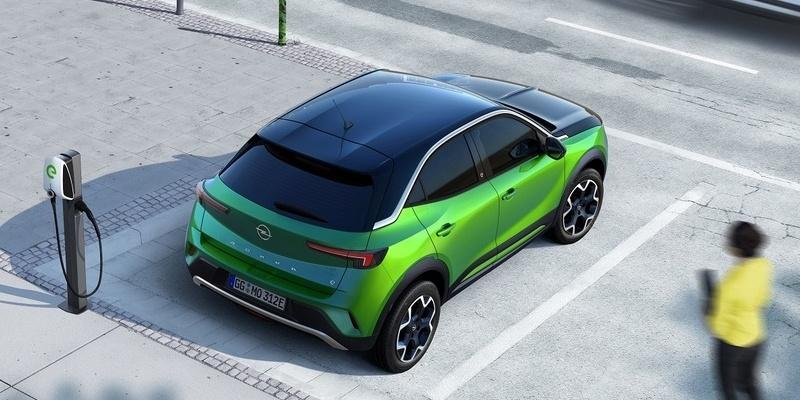parkoló elektromos Opel Mokka töltés közben