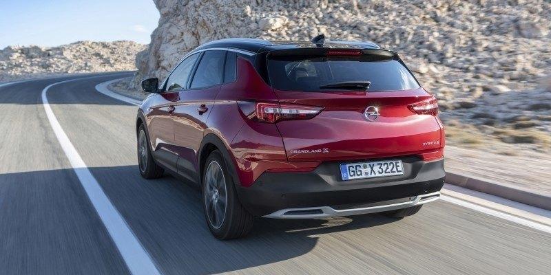 Opel Grandland X Hybrid hátulról az úton