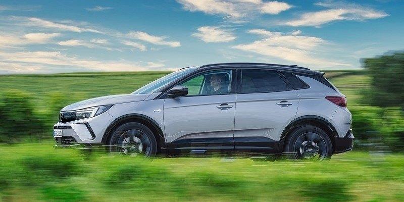 szürke új Opel Grandland oldalról vezetés közben