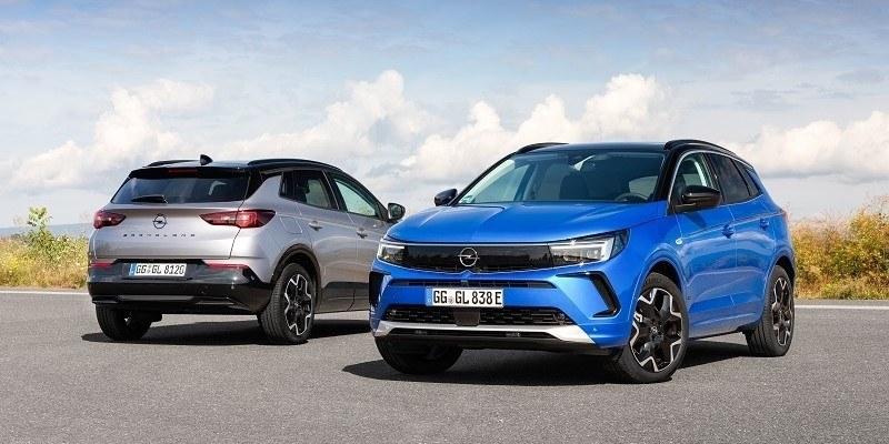 szürke és kék Opel Grandland elölről és hátulról