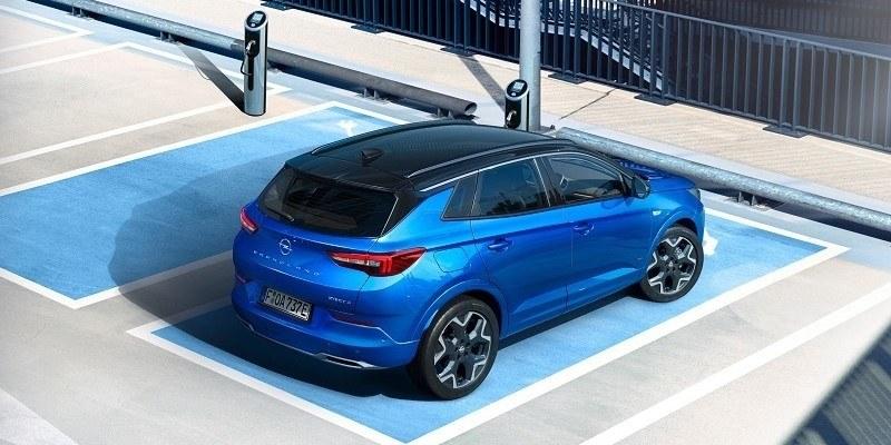 parkoló kék Opel grandland Hybrid hátulról