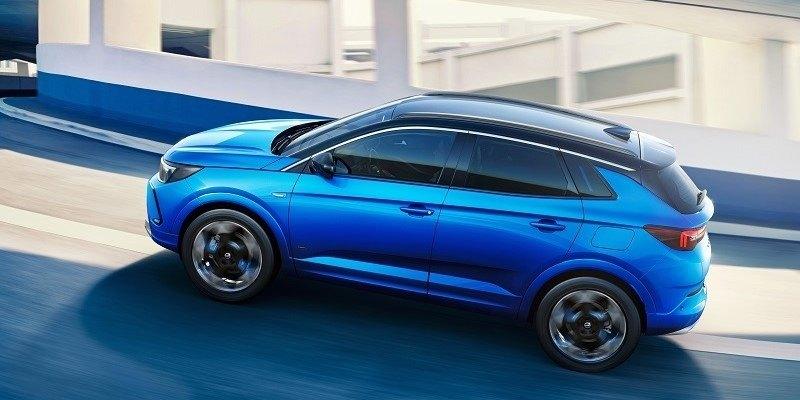 kék Opel Grandland Hybrid menet közben oldalról