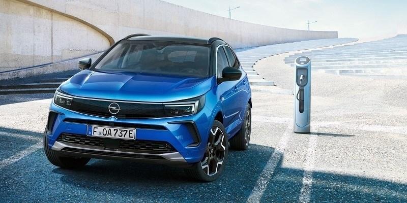 kék Opel Grandland Hybrid töltés közben