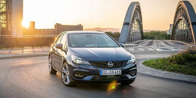 kék Opel Astra kanyarodik