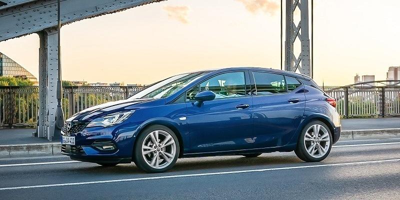 kék Opel Astra oldalról