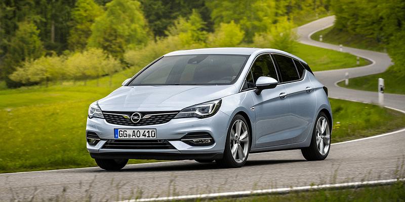 szürke Opel Astra kanyarban