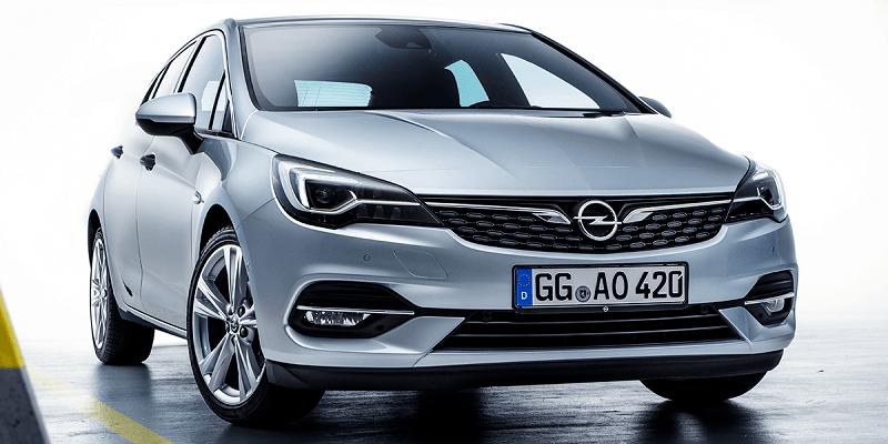 szürke Opel Astra szemből