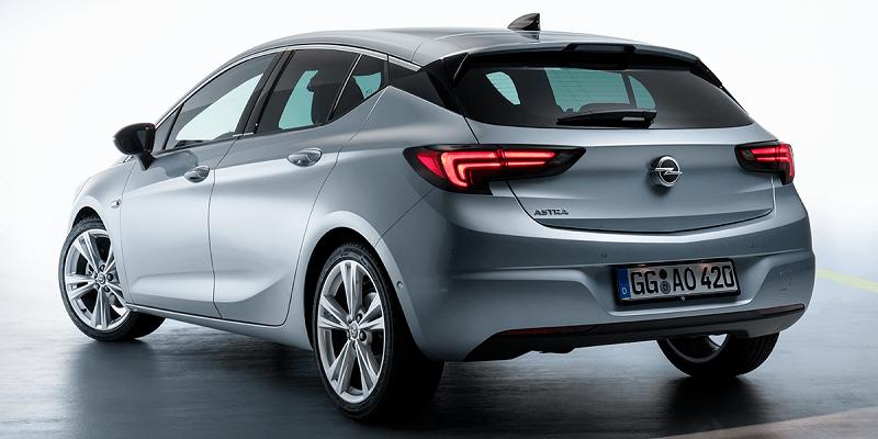 szürke Opel Astra hátulról