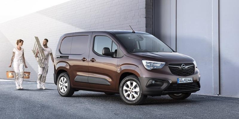 barna Opel Combo Cargo oldalról