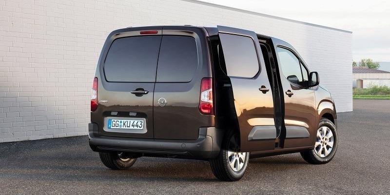 barna Opel Combo Cargo nyitott tolóajtóval