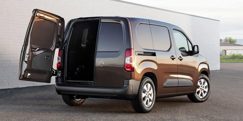 Opel Combo Cargo nyitott hátsó ajtóval