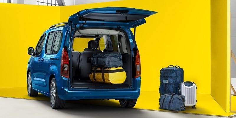 kék Opel Combo life hátulról