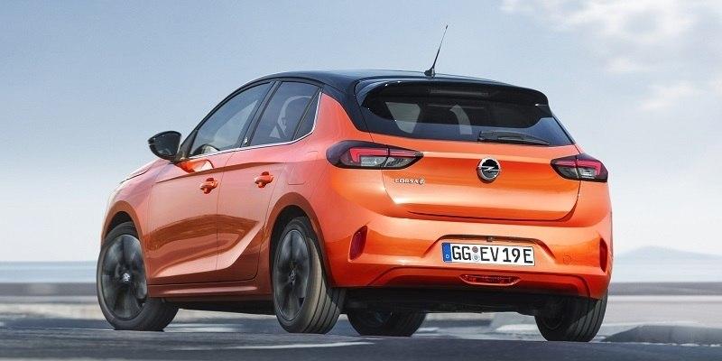 arancssárga Opel Corsa-e hátulról