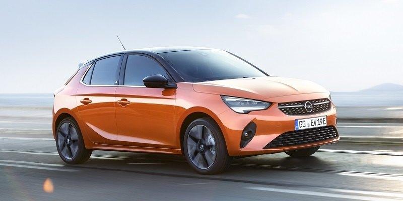 narancssárga Opel Corsa-e oldalról