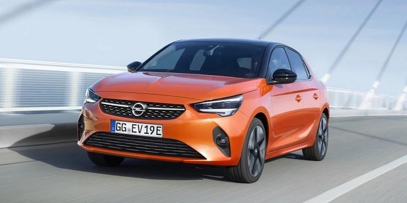 naracssárga Opel Corsa-e vezetés közben