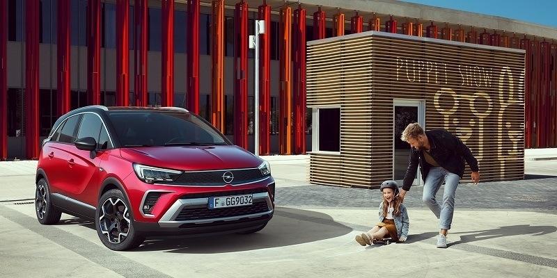 piros Opel Crossland SUV család mellett