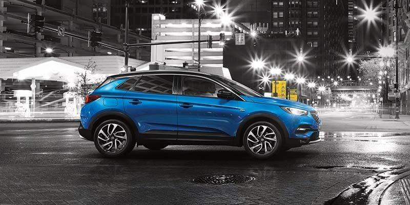 kék Opel Grandland X oldalról az utcán