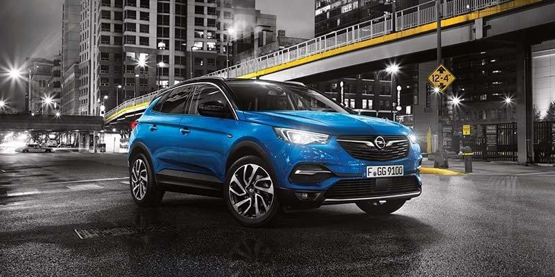 kék Opel Grandland X kereszteződésben