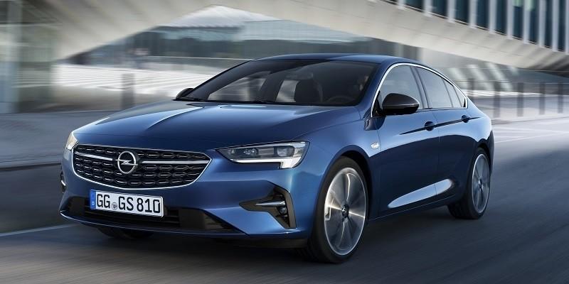 kék Opel Insignia Grand Sport vezetés közben