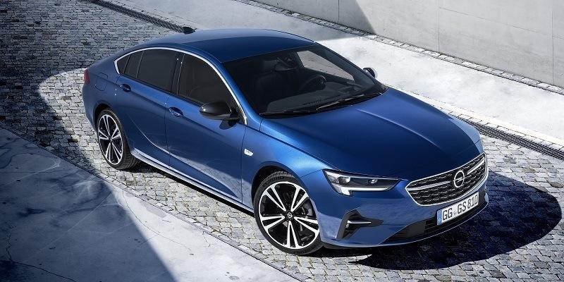 parkoló kék Opel Insignia Grand Sport