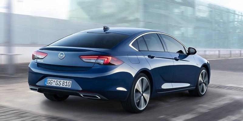kék Opel Insignia Grand Sport hátulról