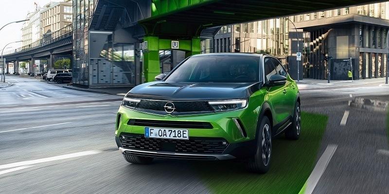 zöld Opel Mokka-e szemből