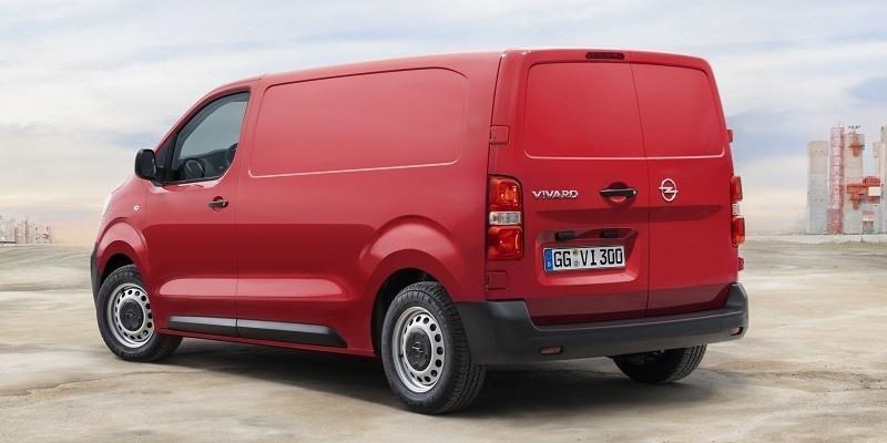 piros Opel Vivaro Cargo hátulról