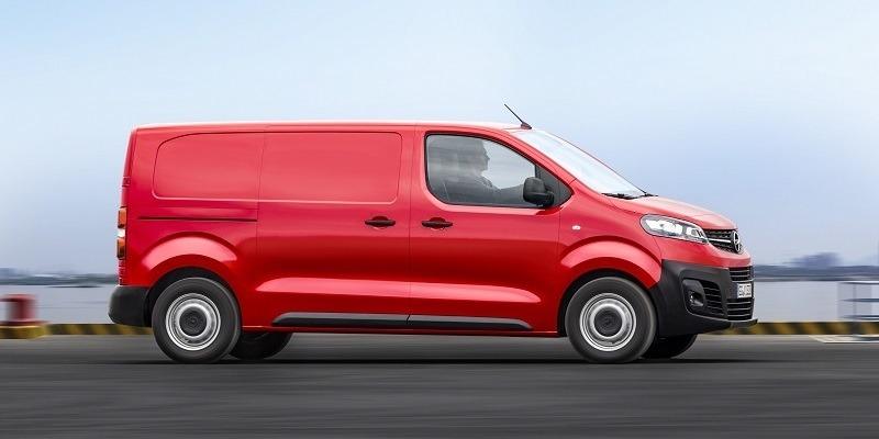 piros Opel Vivaro Cargo oldalról