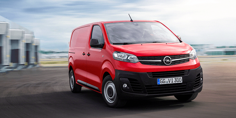 piros Opel Vivaro Cargo terepen