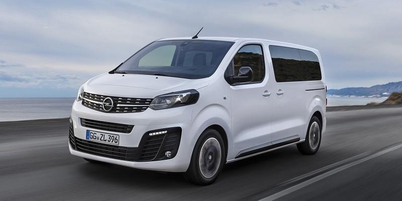 fehér Opel Zafira Life vezetés közben