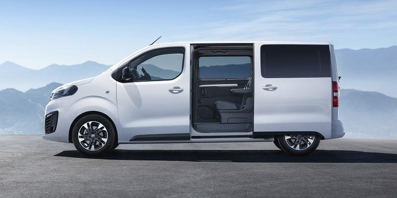 fehér Opel Zafira Life nyitott tolóajtóval