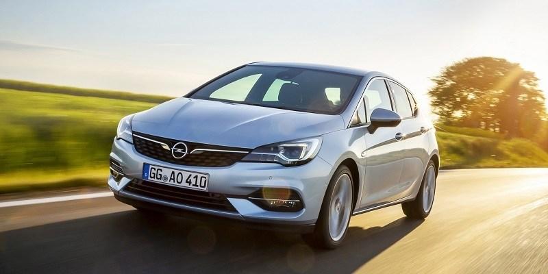 szürke Opel Astra menet közben