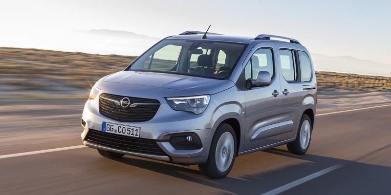 szürke Opel Combo Life az úton