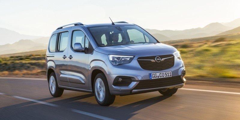 szürke Opel Combo Life vezetés közben